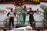 Ernesto Viso (izq.) logró su único podium con KV en Iowa en 2010, al ser tercero (FOTO: Chris Jones/INDYCAR)