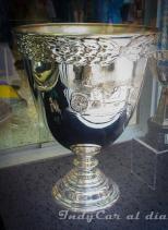 Una réplica de la Vanderbilt Cup, misma que Gil de Ferran ganó al conseguir el título de CART en 2000 y 2001.