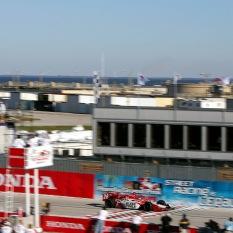 En la primera carrera sancionada por IRL, Dan Wheldon se quedó con la bandera a cuadros, en un histórico 1-2-3-4 de Andretti Green Racing. FOTO: Archivo