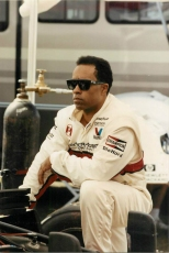 Willy T. Ribbs, el primer piloto afroamericano en correr la Indy 500, también hizo su presentación en Long Beach en 1990 con un Lola/Judd de Raynor Motorsports, pero no completó el recorrido por una falla de suspensión (FOTO: Facebook Willy T. Ribbs)
