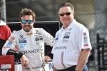 Alonso con Zak Brown, CEO de McLaren (FOTO: Chris Owens/INDYCAR)