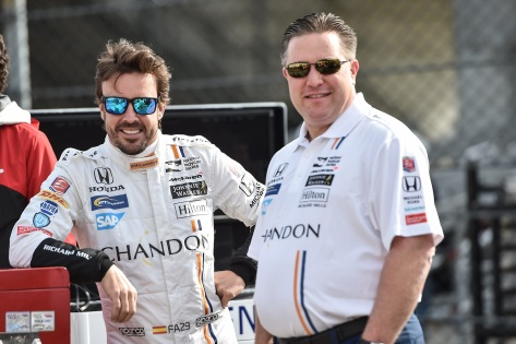 Alonso con Zak Brown, CEO de McLaren (FOTO: Chris Owens/INDYCAR)