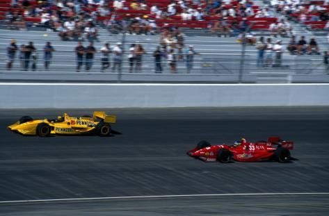 Guerrero liderando a Michele Alboreto en Las Vegas, en 1996. Ambos participaron en la primera temporada de la Indy Racing League.