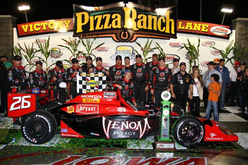 Marco Andretti venció a Tony Kanaan durante las últimas vueltas de la edición de 2011, la primera en formato nocturno. Al momento, es la única victoria del estadounidense en óvalos, además de ser la más reciente en la serie. En esta oportunidad inició 17°, lo más bajo para un ganador en Iowa (FOTO: Chris Jones/INDYCAR)