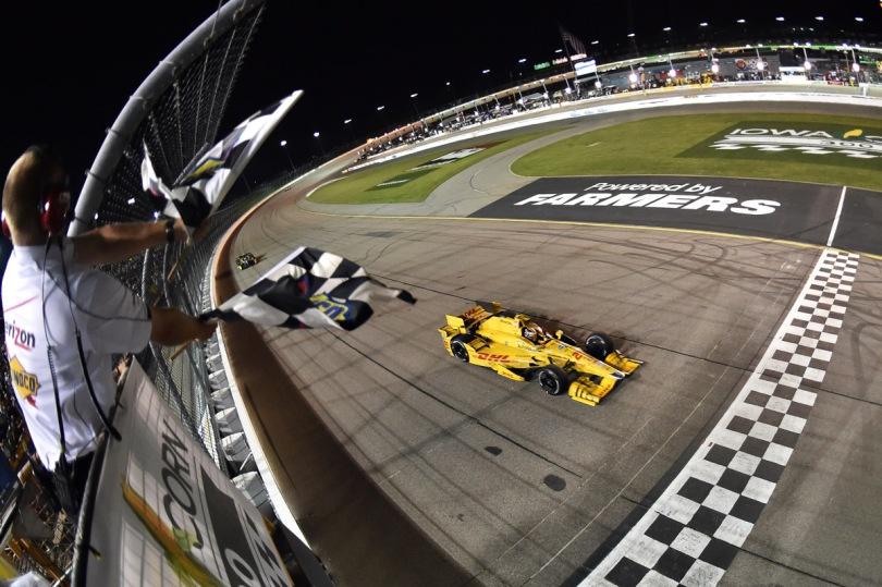 Hunter-Reay también ganó en Iowa en 2015, lo que lo deja a la cabeza en el departamento de victorias en este autódromo; sin embargo, fue la única vez que Honda venció en un óvalo corto en la era de los aero kits. Por segundo año consecutivo, Josef Newgarden terminó segundo (FOTO: Chris Owens/INDYCAR)