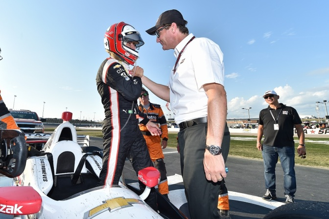 Cindric y Castroneves (FOTO: Chris Owens/INDYCAR)