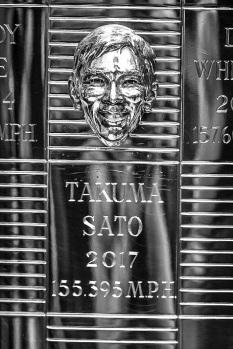 El japonés es el rostro No. 104 en aparecer en el trofeo, junto con los vencedores y co vencedores de las 100 primeras ediciones, y Tony Hulman, CEO del Speedway en la Posguerra (FOTO: Chris Owens/INDYCAR)