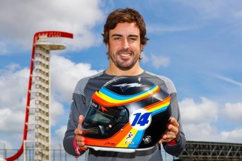 Alonso utilizó un diseño de casco muy similar al que utilizó en Indy (FOTO: Steven Tee/McLaren)