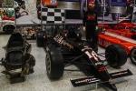 A la derecha, se observa el vehículo Lola-Chevrolet V8 con el que Foyt corrió en determinados en 1991; a la izquierda, se encuentran los restos del vehículo Generación '90 de la misma constructora, con el que protagonizó un espectacular accidente en Road America, el 23 de septiembre de 1990 (FOTO: Eduardo Olmos)
