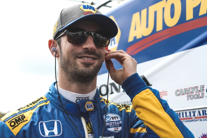 Rossi le roba a Dixon pole en Long Beach