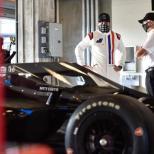 Jimmie Johnson conversa con Mike Hull, Gerente General de Chip Ganassi Racing, antes de su prueba en el Indianapolis Motor Speedway (FOTO: Chris Owens/INDYCAR)