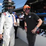 Jimmie Johnson conversa con Scott Dixon durante su prueba en el Indianapolis Motor Speedway (FOTO: Chris Owens/INDYCAR)