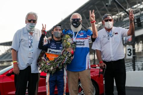 Rahal, Letterman, Lanigan y Takuma Sato tras ganar la Indy 500 en 2020 (FOTO: Joe Skibinski/IndyCar)