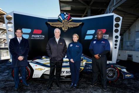 Izq-Der: Doug Boles, Presidente del Indianápolis Motor Speedway; Roger Penske, Beth Paretta y Jimmie McMillan, Jefe de Diversidad (FOTO: Joe Skibinski/INDYCAR)